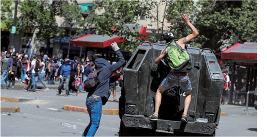 """治安当局の装甲車を攻撃する""""抗議行動参加者"""""""