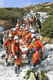 救助隊が運び下ろす犠牲者