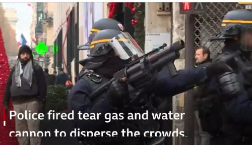 厳戒警戒で対抗する警官隊