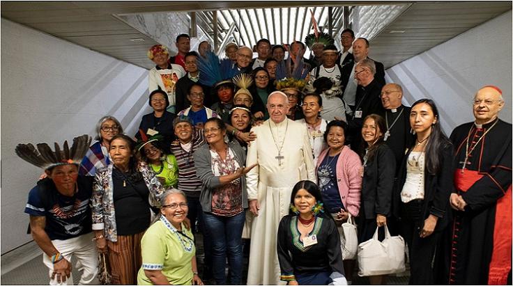 司教会議を見守ったアマゾンの先住民族たちに囲まれるフランシス法王