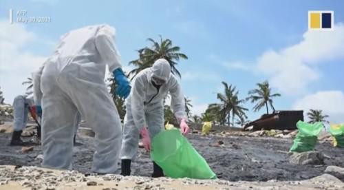 漂着した化学物質の回収作業