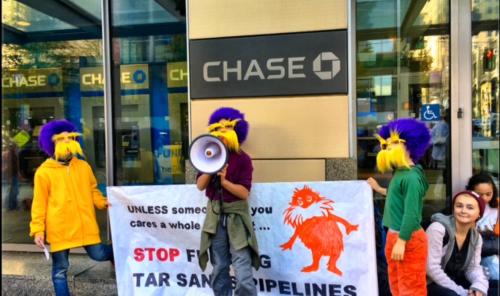 米銀JPモルガンチェースの店舗前で、化石燃料へのファイナンス停止を求めるNGO団体