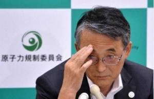 都内で行われた記者会見で報道陣の質問を聞く原子力規制委員会の田中俊一(Shunichi Tanaka)委員長(2013年8月28日撮影)。(c)AFP/KAZUHIRO NOGI