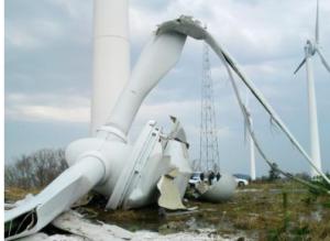 落下した風力発電機の風車=2013年3月、京都府伊根町(京都府提供)