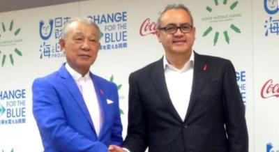 日本コカ・コーラのガルドゥニュ社長㊨日本財団会長の笹川陽平氏㊧