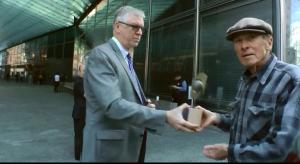 「世界最悪企業賞」を受け取るゴールドマンサックスの担当(左)