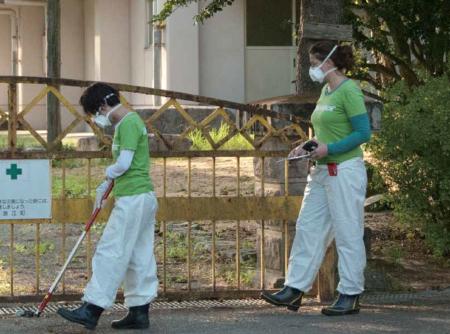 放射性物質の汚染状況を調べるグリーンピースのスタッフたち