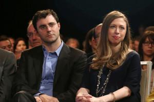 クリントン夫妻の娘チェルシーさん(右)と夫のマーク・メズビンスキー氏
