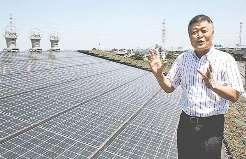 (写真)本社の屋根に太陽光発電パネルを設置している平沼辰雄社長=愛知県弥富市で