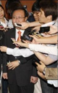 「検査を見なくても類推できる」という韓国の姜東遠議員(マイクを突き付けられている人物)