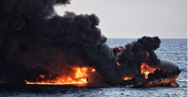 一週間以上も燃えたタンカー。この後、沈没した
