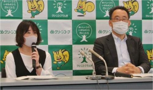 記者会見する「グリーンコープでんき」の熊野千恵美代表理事㊧