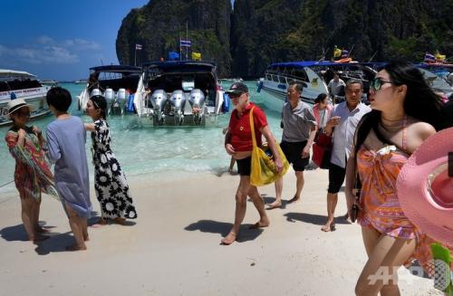 観光客でごった返すマヤ湾