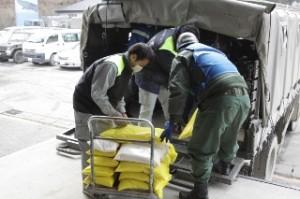 山田町で物資の配送作業を担当する「大雪りばぁべっと」の担当者ら