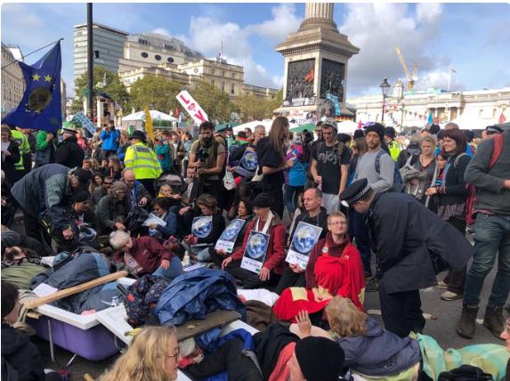トラファルガー広場に座り込んだEXの賛同者たち
