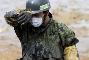 泥にまみれて行方不明者の捜索を続ける自衛隊員。凄惨な現場での活動で惨事ストレスを受けている恐れもあるという=4月28日、福島県南相馬市鹿島区