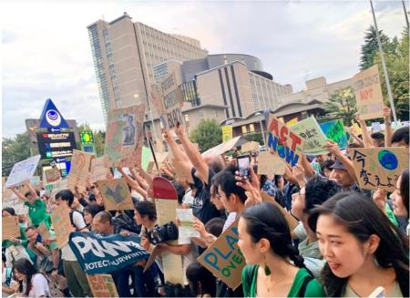 東京でも若者たちが集まった。青山の国連大学前