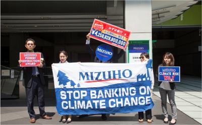 みずほの石炭火力融資に抗議するNGOのメンバー
