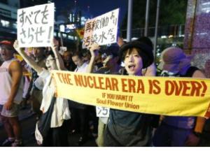 東京電力福島第1原発の汚染水漏れに抗議し、東京電力本店前でデモをする市民ら=28日夜、東京・内幸町