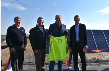 州内の太陽光発電所の竣工式に出席したインスレー知事(㊨から2人目)