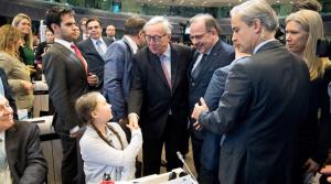 欧州委員会のユンケル委員著と握手するグレタさん