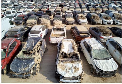 9月の洪水で被害を受けた大量の自動車(スペイン)