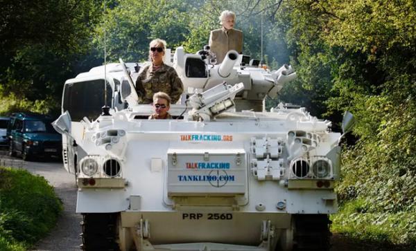 「戦車でゴー」。英首相の実家へも抗議行動で押しかけた