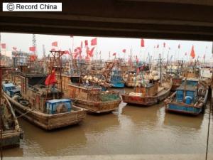 10日、中国の近海養殖業で抗生物質などさまざまな薬品が投与されている影響により、エビがほぼ全滅するなど食物連鎖が断絶する事態が起きている。写真は連雲港の漁師の村。