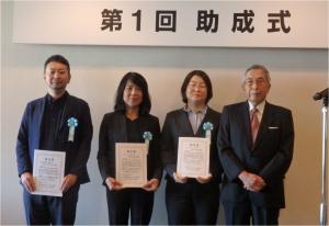 ㊧から、ワセダクロニクルの荒金氏、村上氏、緑氏(夫人)、贈呈者の松尾芳郎氏