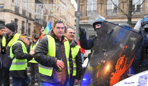 警備の警官と会話するデモ参加者