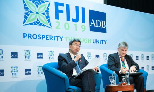 ADB総会で話す中尾総裁㊧