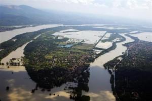 6月9日、ブタペスト市内を流れるドナウ川の水位が過去最高水準に達する見通しで、スズキはブダペストの北に位置する工場の操業を10日に停止することが明らかに。写真は上空から見たドナウ川(2013年 ロイター/Laszlo Balogh)