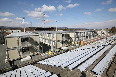 サッカーグラウンドに建てられた原発作業員が住む仮設宿舎=18日、福島県広野町のJヴィレッジ