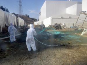 止まらない汚染水を処理する作業員