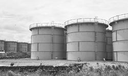 福島第1原発敷地内に林立する汚染水をため置くタンク群