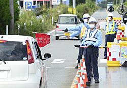車の乗り入れを厳しく監視する国道6号の検問所=10日午後、富岡町