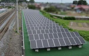 JR平泉駅に隣接する社有地に設置した太陽光パネル。出典:三菱電機