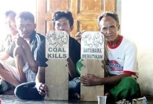 .インドネシア・中ジャワ州バタン県で、石炭火力発電所の建設に反対する地元住民ら=5月(共同)