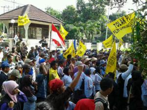 中ジャワ州環境局前で抗議デモを行う中部ジャワ発電所建設に反対する地元住民ら=インドネシア中ジャワ州のスマランで2013年7月5日午後、環境保護団体「リーガル・エイド」提供