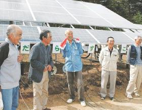 発電所の稼働を喜ぶ大沢さん(左から2人目)と建設グループのメンバー