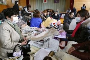 福島県浪江町の避難所に集まった周辺住民(3月12日