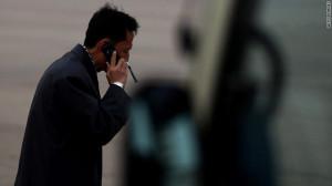北朝鮮・平壌で携帯電話を利用する男性。一般人の携帯電話やインターネットの利用は限られるという