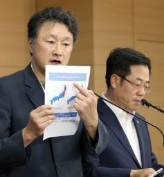 6日、日本の計8県の水産物について輸入を全面的に禁止すると発表した記者会見で質問に答える韓国政府の関係者=ソウル(聯合=共同)
