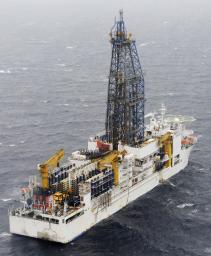 愛知県渥美半島沖で、メタンハイドレートの海底掘削を始めた地球深部探査船「ちきゅう」=2月