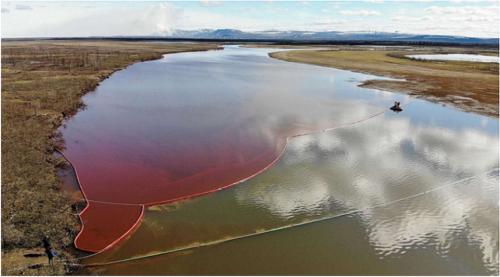 永久凍土の溶解で傾いた火力発電所施設から流出した燃料で赤く染まった河川