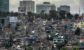 メキシコ市の貧民街を見下ろすように林立する高級マンション群
