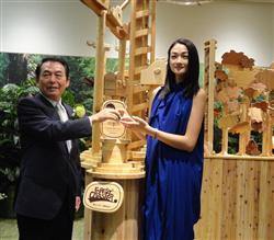 三菱商事が東京・丸の内に開設した「エムシーフォレスト」のオープニングセレモニー。同社の鍋島英幸副社長とモデルの冨永愛さん