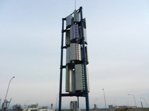 下り線に設けた最大出力10kwの風力発電設備。各羽根には、加賀五彩で四角形の模様を描いた(写真:下も中日本高速道路会社)