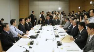 国家戦略会議の会合に臨む野田首相(18日午後、首相官邸)