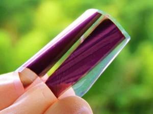 阪大が開発した発電可能な紙。折り曲げられるなどの利点もある(阪大提供)